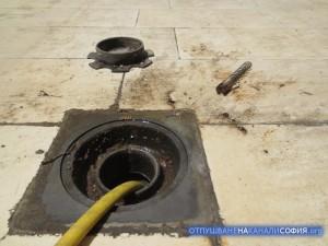 Преди да започнем работа по отпушването, пуснахме вода